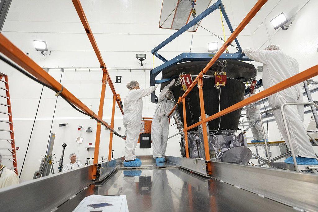 Parker Solar Probe saat masa pembuatan yang dikerjakan oleh para teknisi NASA. Foto: NASA