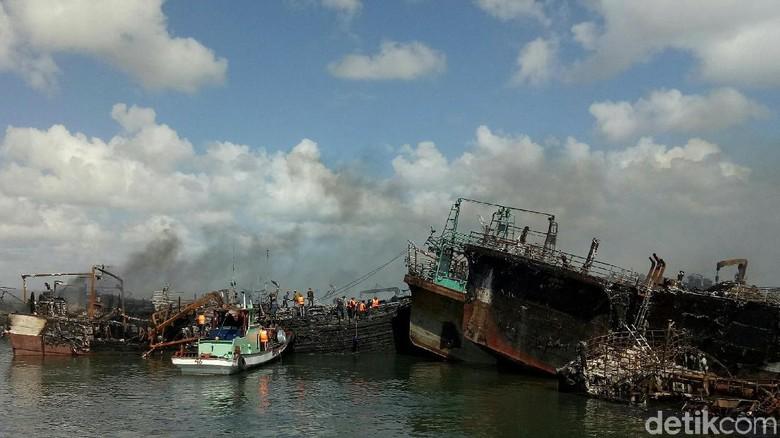 Masih Ada Api di Kapal yang Terbakar di Pelabuhan Benoa