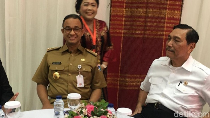 Gubernur DKI Jakarta Anies Baswedan dan Menko Kemaritiman Luhut Binsar Panjaitan disambut tari tortor di acara pelaksanaan Konsultasi Nasional HKBP 2018 di Jakarta Timur.