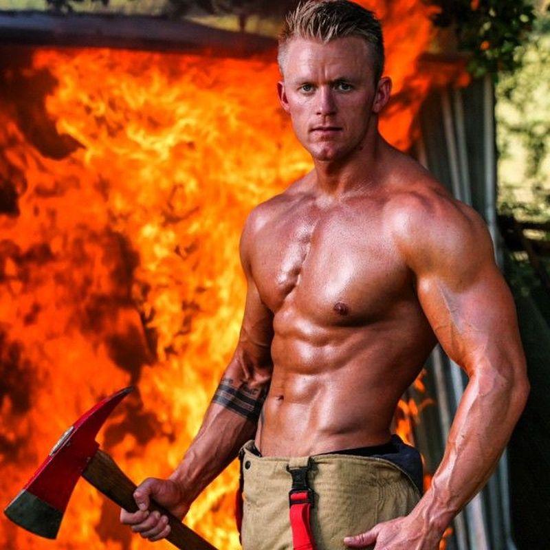 Ladies, yuk kenalan dengan pemadam kebakaran yang akan bikin kamu salah fokus ini. Namanya Luke Wood, tentara yang beralih profesi menjadi pemadam kebakaran (lukewood88/Instagram)