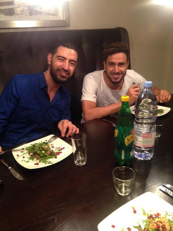 Pemain bola ini lahir di Liège, Belgia pada 2 Agustus 1989. Mengenakan kaus berwarna putih, Nacer Chadli tengah melahap sebuah salad di salah satu restoran bersama sang kakak. Foto: Twitter @NChadli