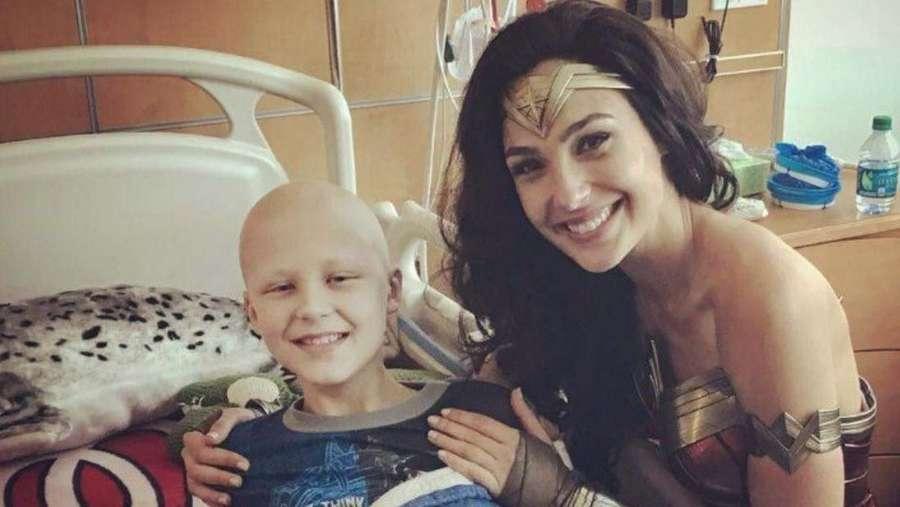 Kala si Cantik Gal Gadot Kunjungi Rumah Sakit Anak