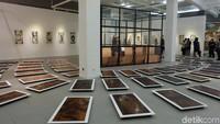 Di ruang utama, ada 99 plat tembaga dan 33 cetakan etsa yang berjudul Sujud. Foto: Tia Agnes/ detikHOT