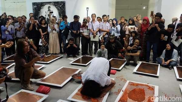 Mengintip Sampah Citarum hingga Sujud di Pameran Tisna Sanjaya