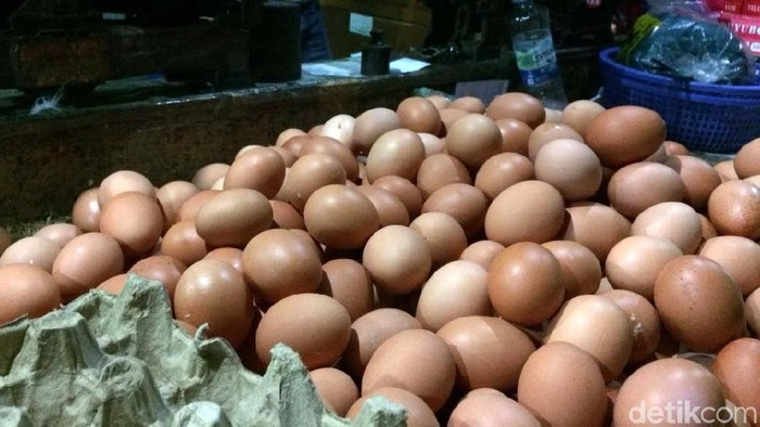 Harga telur ayam naik. Contohnya di Pasar Senen, Jakarta Pusat, telur ayam dibanderol Rp 28.000 Kg, sebelumnya dijual Rp 26.000/kg.
