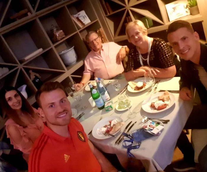 Saat di Moscow, Russia, Mignolet sempatkan makan malam bersama keluarganya. Excellent afternoon, excellent evening, tulis Mignolet yang tampaknya berbahagia usai kemenangan Belgia. Foto: Instagram 22mignolet22