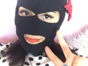 Kocak, Penjual Baju Online Viral Karena Tutupi Wajahnya Seperti Pencuri
