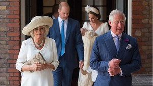 Momen Manis Saat Pangeran Charles Gendong Cucunya