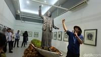 Patung self potrait ini menyindir pendakwah yang seharusnya juga membicarakan mengenai lingkungan. Foto: Tia Agnes/ detikHOT