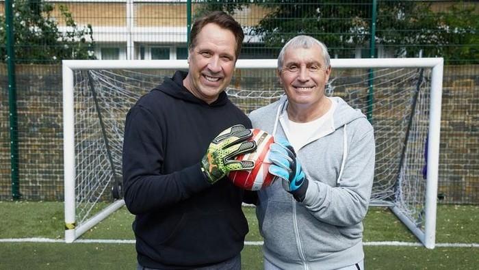 Dua kiper legendaris Inggris, David Seaman dan Peter Shilton mengajak masyarakat donor darah/Foto: Mirror