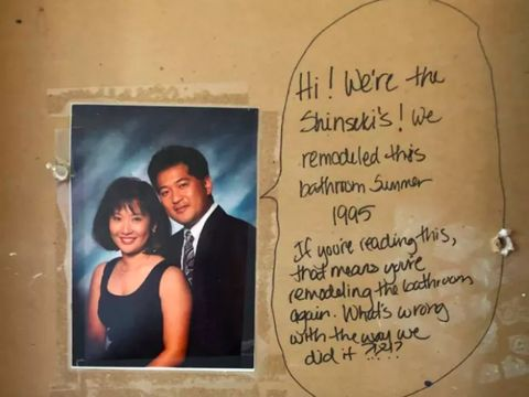 Pasangan Ini Temukan Pesan Lucu dari Penghuni Lama Saat Renovasi Kamar Mandi