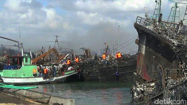 Kapal-kapal yang terbakar di Pelabuhan Benoa, Bali, Selasa (10/7/2018)