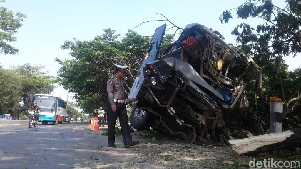 Bus Tabrak Pohon di Pantura Demak, Satu Orang Tewas