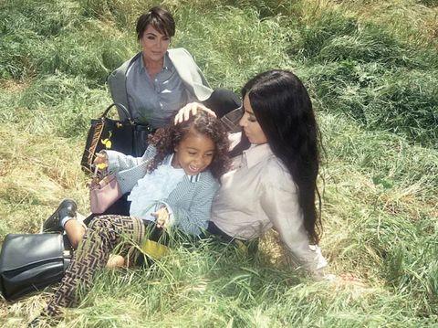 Kim Kardashian bersama putrinya, North West, dan sang ibu, Kris Jenner, di iklan Fendi.