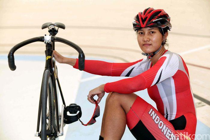 Crismon, sapaan karib Crismonita, kini berusia 20 tahun. Dia menekuni balap sepeda belum lama. Bahkan, belajar sepeda pun saat sudah duduk di bangku Sekolah Menengah Pertama di SMP Islam Malang.