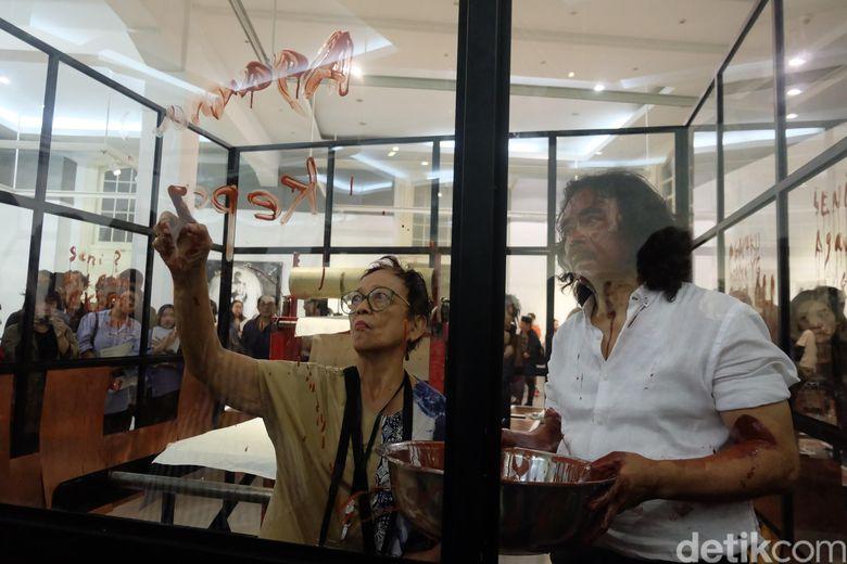 Perupa Tisna Sanjaya yang juga dikenal sebagai aktivis kerap menyentil persoalan lingkungan, sosial politik, dan agama di karya-karyanya. Foto: Tia Agnes/ detikHOT