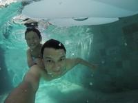 Tian dan Juna asyik berenang di kolam renang villa (titi_kamall/Instagram)