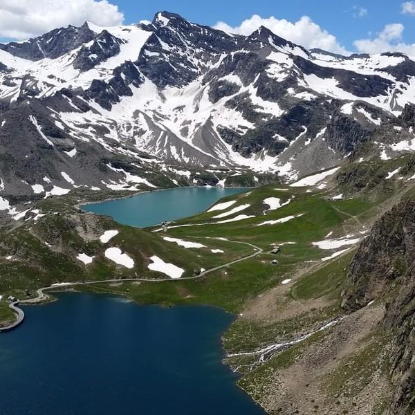 Selain banyak bangunan-bangunan antik menawan, Kota Turin juga dilewati kecantikan Pegunungan Alps. Traveler bisa main ski kalau winter di sini (Instagram/@turismotorino)