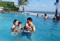 Berenang bareng di kolam renang pinggir pantai (titi_kamall/Instagram)