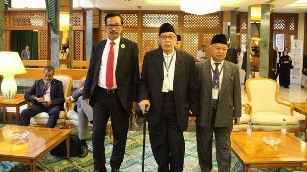 Wakil Tetap RI di OKI, Agus Maftuh Abegebriel mendampingi Ketua Delegasi Ulama Indonesia, Prof. Dr. KH. Quraish Shihab dan anggota delegasi KH. Muhyidin Junaidi dalam Konferensi Internasional Ulama untuk perdamaian Afghanistan di Jeddah Arab Saudi