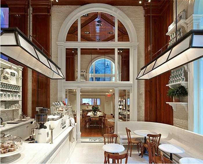 Coffee shop yang satu ini milik desainer terkenal, Ralp Lauren. Ralp Coffee menawarkan kopi bergaya Italia lengkap dengan makanan ringan serta beberapa pastry. Ada cahaya yang masuk lewat jendela besar yang membuat kafe ini makin indah dan nyaman. Foto: Istimewa