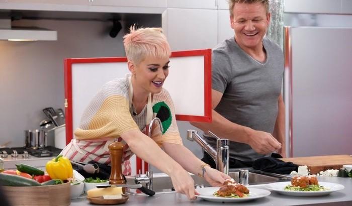 Katheryn Elizabeth Hudson atau Katy Perry merupakan seorang diva pop terkenal asal Amerika. Melalui akun Instagramnya, Katy kerap membagikan aktivitasnya saat nyanyi atau ketika makan. Ini keseruannya saat masak dengan chef Gordon Ramsay. Foto: Instagram @katyperry