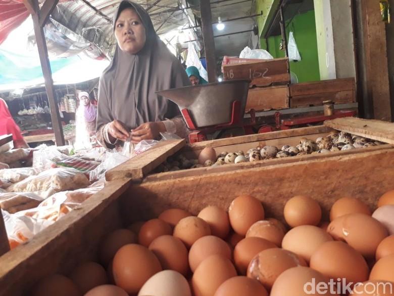 Pedagang Keluhkan Mahalnya Telur dan Daging Ayam di Purwakarta
