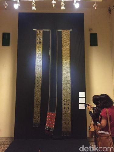 Koleksi tenun milik John dipamerkan di Museum Tekstil Jakarta hingga 5 Agustus mendatang.