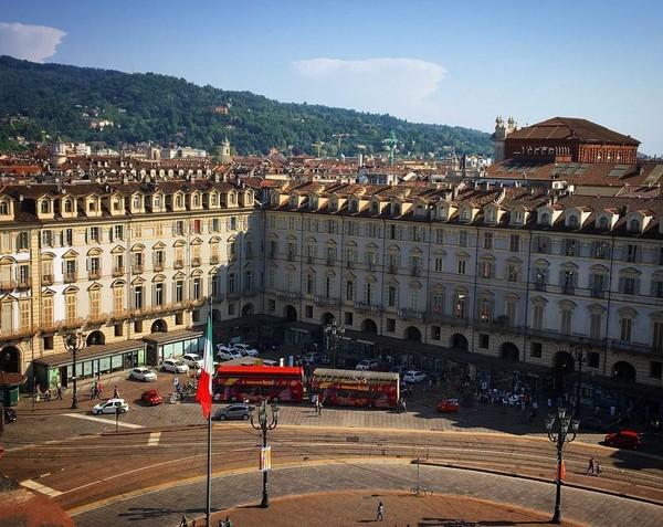 Kota Turin punya banyak alun-alun alias Piazza. Salah satu yang paling terkenal adalah Piazza Castello karena letaknya pas di jantung Kota Turin (Instagram/@turismotorino)