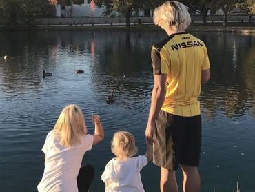 Main di tepi danau bertiga begini jadi momen yang menyenangkan banget bagi Antoine Griezmann.(Foto: Instagram @eri_chope)