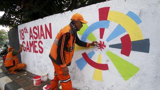 Petugas PPSU membuat mural bertema Asian Games 2018 di Kemanggisan, Jakarta, Kamis (5/7).