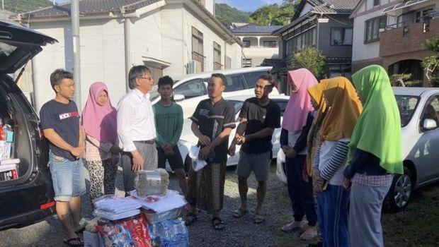 Penyaluran bantuan bagi WNI korban banjir di Kure, Hiroshima, Jepang, Selasa (10/7)