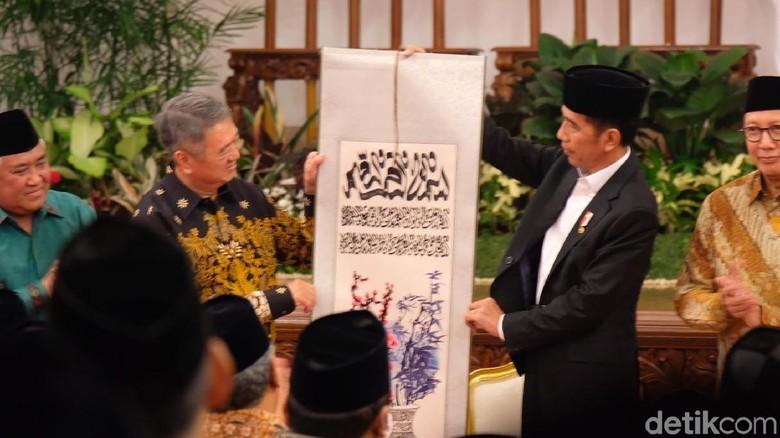Jokowi Terima Mushaf Alquran 17 Meter dari Pengusaha Malaysia