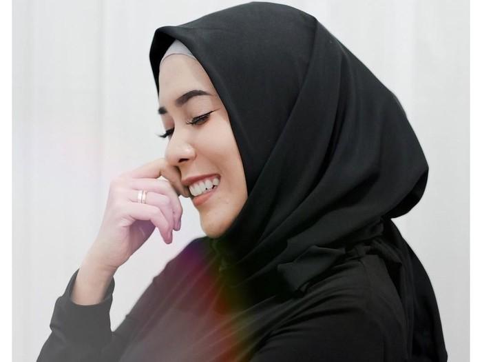 Gaya hijab Fitri Tropica. Foto: Instagram/fitrop