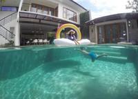 Anak sulung mereka, Juna, kini makin jago berenang (titi_kamall/Instagram)