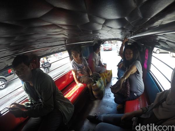 Hal lain yang juga membuat berbeda dari Jeepney adalah tempat naiknya. Kalau angkot di Indonesia biasanya naik dari pintu samping, sedangkan Jeepney naik dari pintu belakang. (Syanti/detikTravel)