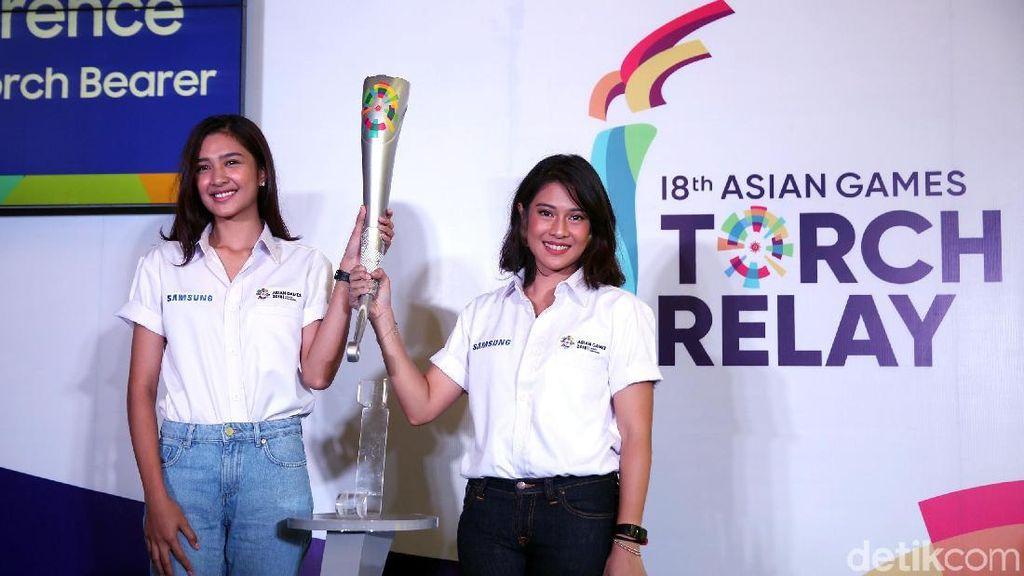 Kirab Obor Asian Games di Solo Oleh Dian Sastro dan Rochy Putiray
