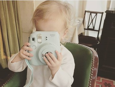 Cekrek! Mia sedang memfoto ayahnya nih. (Foto: Instagram @antogriezmann)