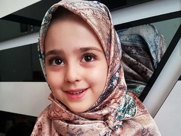 Penampilan Mahdis saat pakai jilbab, tetap cute kan? (Foto: Instagram/mahdis_mohamadi91)