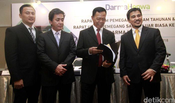 Presiden Direktur PT Darma Henwa Tbk Faisal Firdaus (kanan), berbincang bersama Direktur Agus Efendi (kiri), Direktur Ivi Sumarna Suryana (kedua kiri) dan Presiden Komisaris Suadi Atma, usai Rapat Umum Pemegang Saham Tahunan (RUPST) dan Rapat Umum Pemegang Saham Luar Biasa (RUPSLB) PT Darma Henwa Tbk, di Jakarta, Selasa (10/7/2018).
