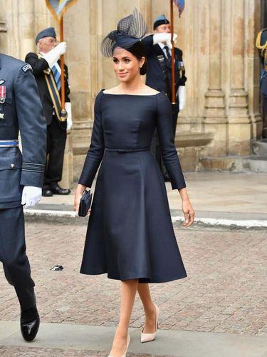 Meghan Markle dalam balutan gaun Dior dengan garis leher bergaya 'bateau'.