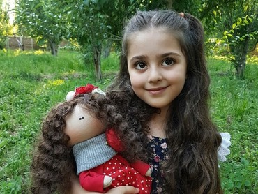 Sama seperti anak-anak lain, Mahdis juga senang main boneka. (Foto: Instagram/mahdis_mohamadi91)