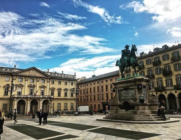 Selain Piazza Castello, ada juga Piazza Bodoni dengan ikonnya berupa patung ksatria penunggang kuda. Di belakangnya, ada bangunan Museum Musik Giuseppe Verdi (Instagram/@turismotorino)