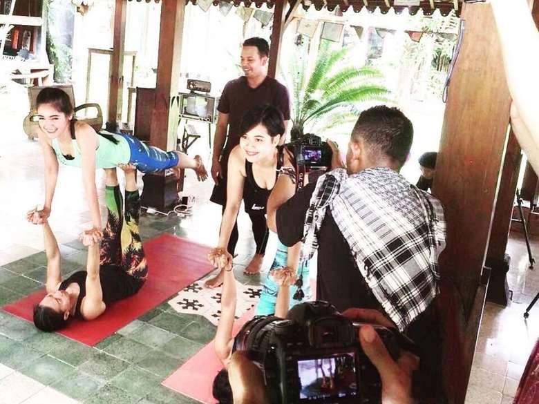 Kartika Berliana saat sedang syuting dan mencoba acroyoga. (Foto:instagram/kartikaberliana)