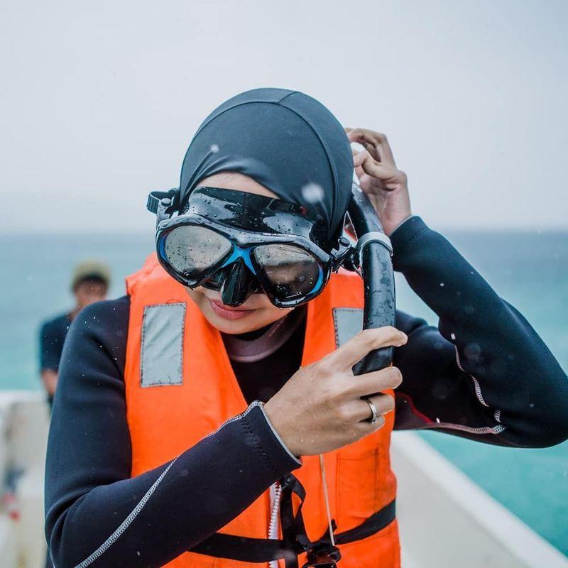 Tantri bersiap snorkeling di Pantai Nirwana (tantrisyalindri/Instagram)
