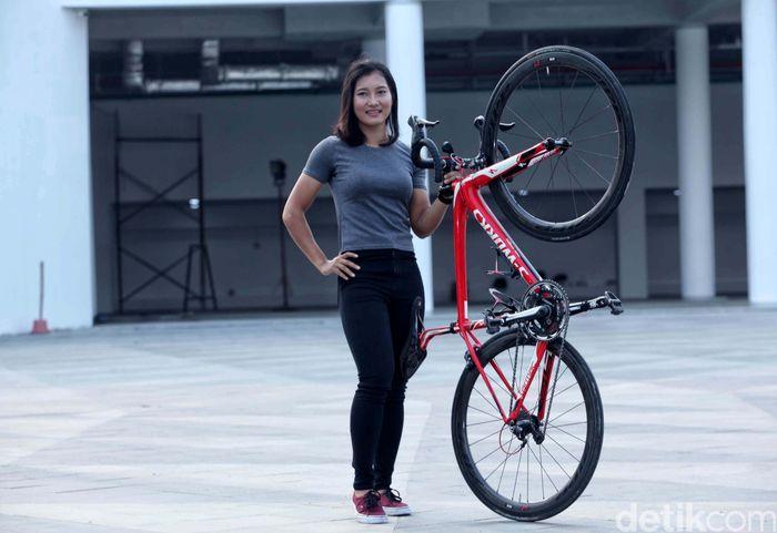Crismonita Dwi Putri rela menjalani latihan berat di pelatnas balap sepeda, meskipun kadang kala fisiknya kalah. Ada kenikmatan yang dipetiknya.
