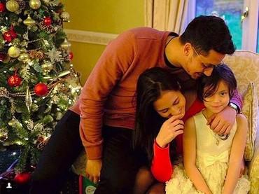 Bersama Keenan dan Pevita, Chelsea berpose dekat pohon Natal (Foto: Instagram @pevpearce)