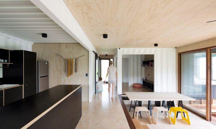 Lantai kayu rumah ini membuatnya terlihat lebih modern. Istimewa/Simon Whitbread/Inhabitat.