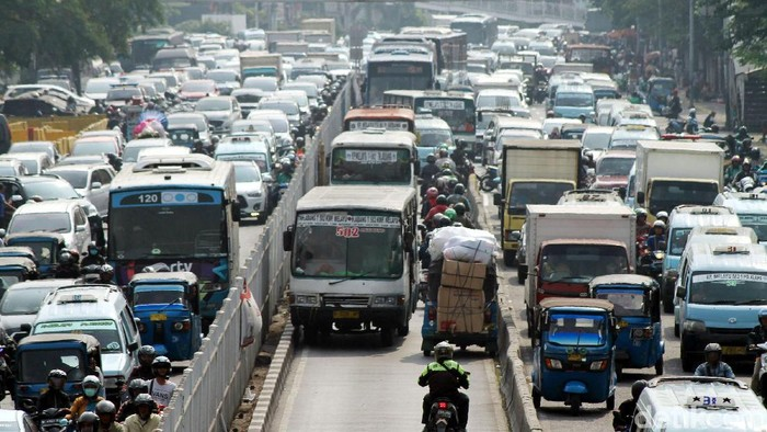 Anies Baswedan akan tingkatkan fasilitas angkutan masal untuk kurangi polusi udara. Foto: Rifkianto Nugroho