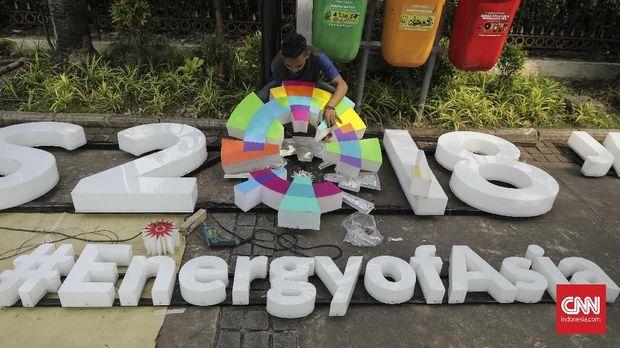 Petugas memasang lampu hias Asian Games 2018 di Balaikota DKI Jakarta, 5 Juli 2018.